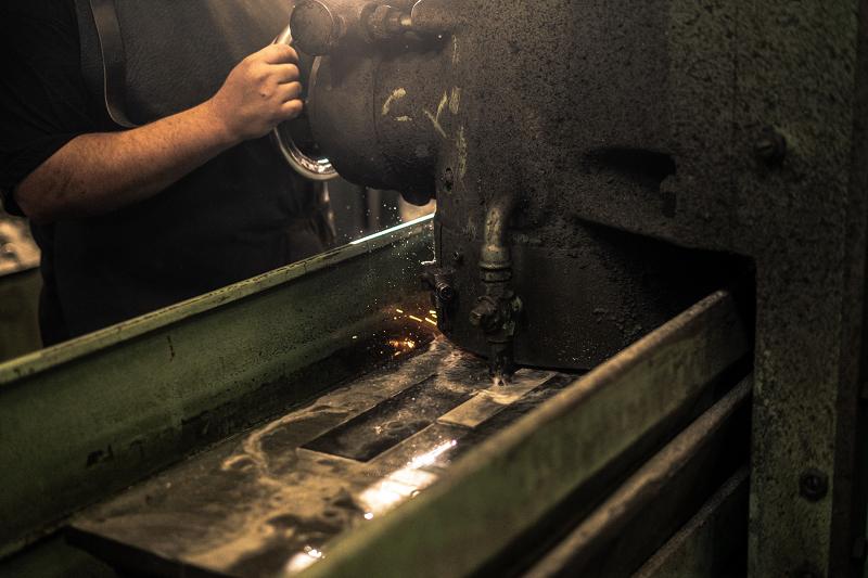 Na finální broušení damaškových plocháčů používáme rovinné brusky.