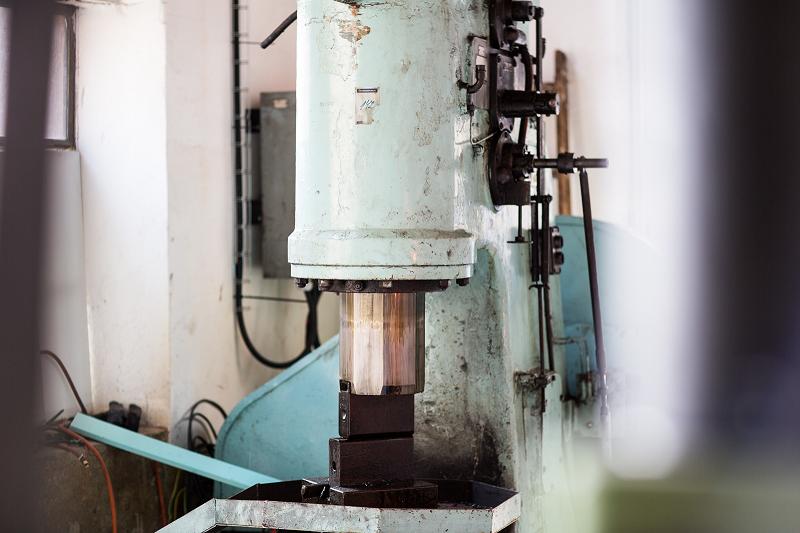 Pro svařování používáme tento velký buchar CFA200.
